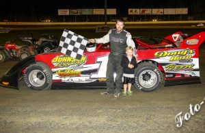 Neil Baggett of Shannon, MS picked up the $1,000 top prize after driving the Montgomery Farms Trak-Star to the NeSmith Chevrolet Weekly Racing Series Late Model win Saturday night at Magnolia Motor Speedway in Columbus, MS.  (Foto 1 Photo)